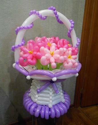 Из воздушных шаров цветы в корзине