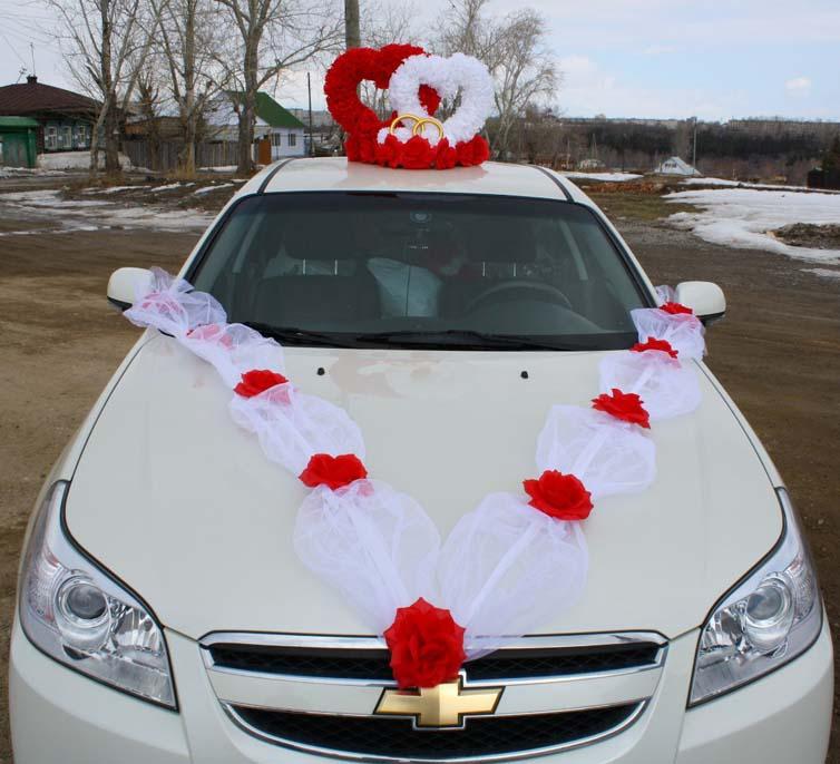 Красное украшение на машину